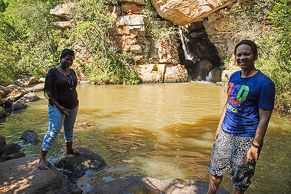 Zama Mwelase of Durban Natural Science Museum (left) and Chrizelda Stoffels of KwaZulu-Natal Museum (right) exploring the Riets Valley.